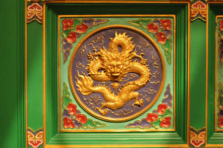 lengnoeiyi: Panels green dragon in a Chinese temple
