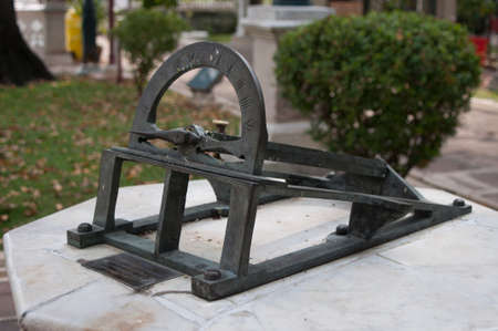 reloj de sol: Reloj de sol situado en Wat Niwet Thammaprewat Tailandia