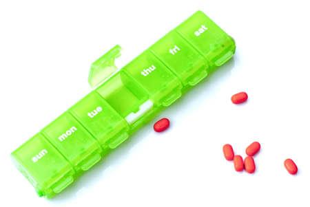 흰색 배경에 약과 주간 약 컨테이너