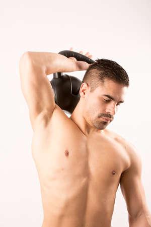 modelo desnuda: Hombre atractivo joven deporte de la manera, el m�sculo de la aptitud modelo de individuo que hace el ejercicio de flexiones sobre el fondo blanco. Foto de archivo