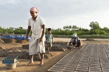 アジア インド タミル ・ ナードゥ州 Sengal Soolai 村。2014 年 6 月。村のすべての人々 の仕事を 12 時間、週 6 日手作りレンガ建物および家のため。彼らは 1 か月あたり 50 ドル未満を獲得します。最初からレンガの製造 写真素材 - 52925632