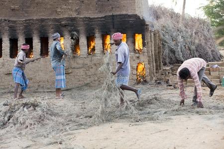 アジア インド タミル ・ ナードゥ州 Sengal Soolai 村。2014 年 6 月。村のすべての人々 の仕事を 12 時間、週 6 日手作りレンガ建物および家のため。彼らは 1 か月あたり 50 ドル未満を獲得します。最初からレンガの製造 写真素材 - 52925638