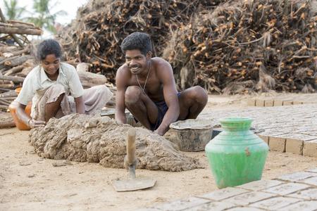 アジア インド タミル ・ ナードゥ州 Sengal Soolai 村。2014 年 6 月。村のすべての人々 の仕事を 12 時間、週 6 日手作りレンガ建物および家のため。彼ら