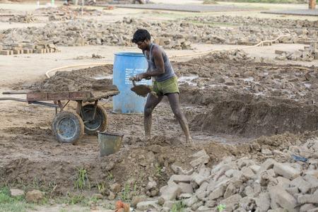 アジア インド タミル ・ ナードゥ州 Sengal Soolai 村 2014 年 6 月 12 勤務村のすべての人々 の手をやって、週 6 日を作った建物および家のためのレンガ 報道画像