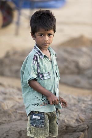 アジア インド タミル ・ ナードゥ州 Sengal Soolai 村。2014 年 6 月。村のすべての人々 の仕事を 12 時間、週 6 日手作りレンガ建物および家のため。彼らは 1 か月あたり 50 ドル未満を獲得します。最初からレンガの製造 写真素材 - 52925770