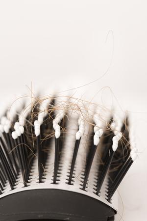 personne malade: Close-up de cheveux roux brun perdu, le traitement hom�opathie huiles essentielles pilules v�g�tales