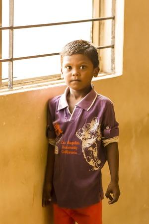 Editoriale Documentario. Pondicherry Jipmer ospedale, India - 1 giugno 2014. documentario sulla paziente e la sua famiglia. Mentre i bambini sono ricoverati in ospedale, famiglie in attesa di mangiare all'aperto Editoriali