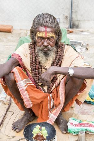 hombre pobre: Documental Imagen editorial. Pondicherry, Tamil Nadu, India - el 25 de junio de 2014. Muy pobre hombre y la mujer sentada en la calle pidiendo comida. La pobreza en el mundo Editorial