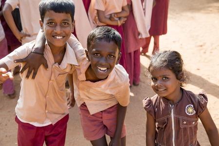 ドキュメンタリーのイメージ。ポンディシェリ、タミル ・ ナードゥ州, インド - 2014 年 5 月 12 日。学校の制服で、グループで、学校を学校生徒。政