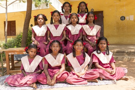 Pondichery、タミル ・ ナードゥ州, インド - 2014 年 2 月 23 日。学校、クラス ルーム、制服の写真を取られての準備でのインド人学生のグループ。