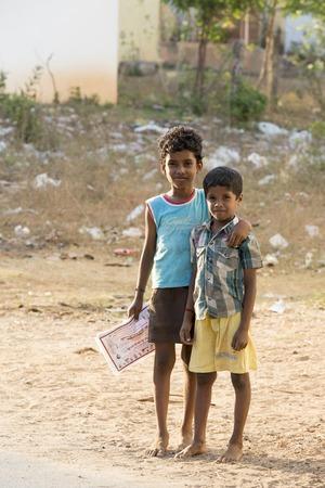 niños pobres: Imagen ilustrativa. Pondicherry, Tamil Nadu, India - Marsh 13, 2014. Los pobres muchachos de los niños y niñas de la calle de pequeños pueblos