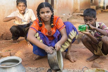 arme kinder: Illustrative Bild. Puducherry, Tamil Nadu, Indien - Marsh 13, 2014 Arme Kinder Jungen und Mädchen in der Straße von kleinen Dörfern
