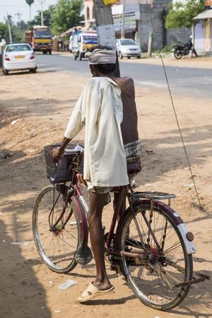 cycles: Imagen ilustrativa. Pondicherry, Tamil Nadu, India - Marsh 02, 2014. La principal forma de transporte en los pueblos indios, ciclos, para Luna de productos materiales Editorial