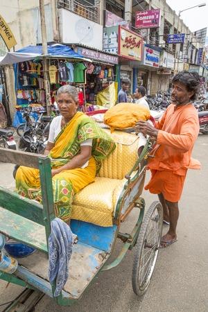 ciclos: Imagen ilustrativa. Pondicherry, Tamil Nadu, India - Marsh 02, 2014. La principal forma de transporte en los pueblos indios, ciclos, para Luna de productos materiales Editorial