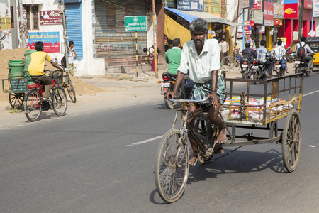 ciclos: Pondicherry, Tamil Nadu, India - Marsh 02, 2014. The main transportation way in indian villages, cycles, for people products materials business