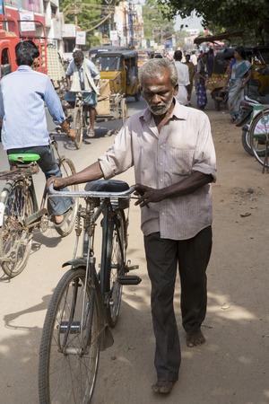 cycles: Pondicherry, Tamil Nadu, India - Marsh 02, 2014. La principal forma de transporte en los pueblos indios, ciclos, para Luna de productos materiales