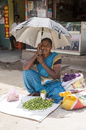 trabajo manual: Imagen ilustrativa. Pondicherry, Tamil Nadu, India - 03 de julio de 2014. La mala mujer trabajadora en el pequeño pueblo, un trabajo muy duro para los pequeños roupies dinero