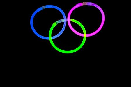 Glow palos neón luz fluorescente en el fondo de atrás. Variación de las diferentes luces de colores