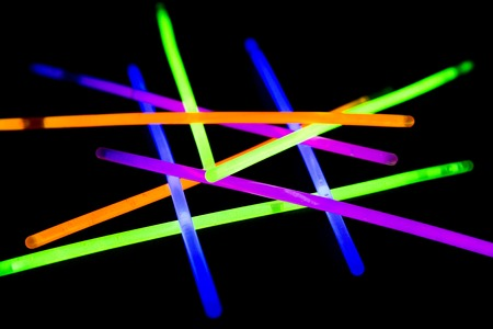Glow attacca fluorescente al neon su sfondo posteriore. variazione di diverse luci colorate