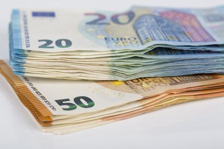 Pills of Bills papier billets de 20 et 50 euros, sur fond blanc. Symbole de l'abondance, succès. Dans le cadre du système de paiement du pays uni. Vue avant et supérieure Banque d'images - 83835739
