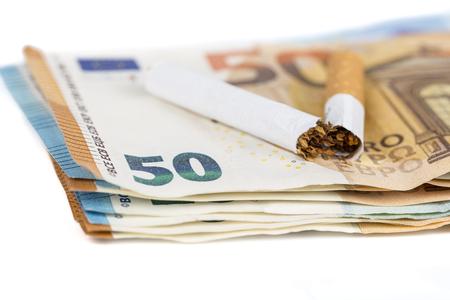 ユーロ紙幣の壊れているタバコ。健康とお金の無駄の概念は失った中毒喫煙 - 喫煙を停止します。 写真素材