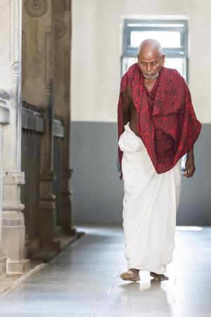 Ashram of Sri Ramana Maharshi, Tiruvannamalai, Tamil Nadu, India - March circa, 2018. Unidentified woman and man walking turning around the ashram to meditate, to ptay, spirituality. Ritual action Archivio Fotografico - 120015649