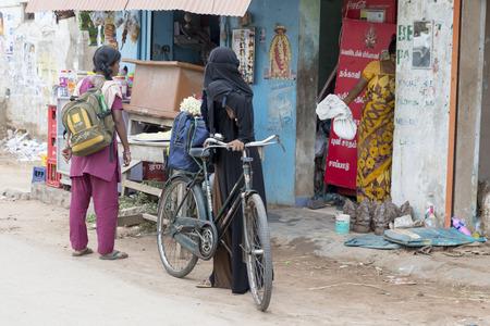PONDICHERY, PUDUCHERRY, TAMIL NADU, INDIEN - SEPTEMBER CIRCA 2017. Nicht identifizierte Landbevölkerung vor ihrem Haus im Dorf, einer indischen ländlichen Szene. Editorial