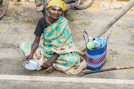 RAMESHWARAM, TAMIL NADU, INDIA - MARCH CIRCA, 2018. Portrait of an unidentified homeless woman in the street of the sacred city of Rameshwaram, India. 報道画像
