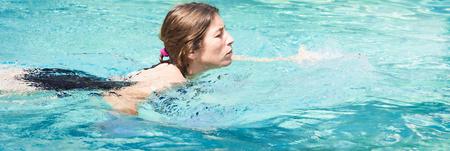Cheerful woman relaxing in piscine dans l'eau cristalline avec lumière d'été. Bannière format panoramique