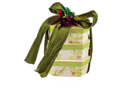 three gift boxes: Tres cajas de regalo apilados juntos con una cinta verde