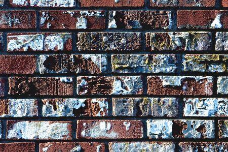 peeling paint: Un vecchio weathered muro di mattoni con peeling vernice