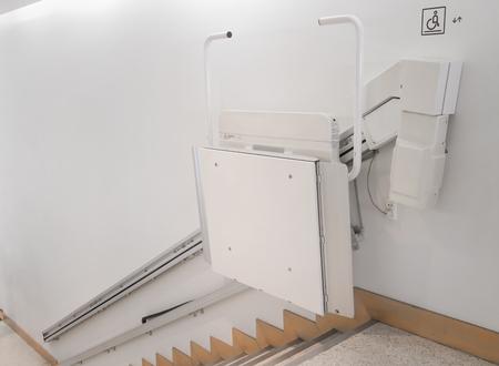 Montascale su scala per gli anziani in un edificio