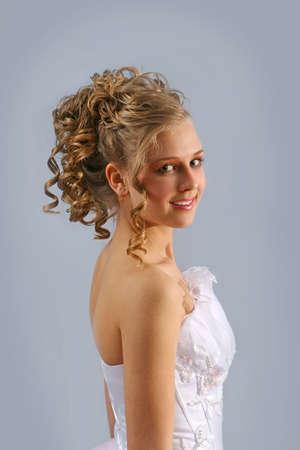 dentudo: Muchacha hermosa con sonrisa toothy en el vestido blanco