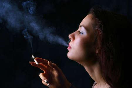 cigarette smoke: Esalazione della ragazza del fumo della sigaretta Archivio Fotografico
