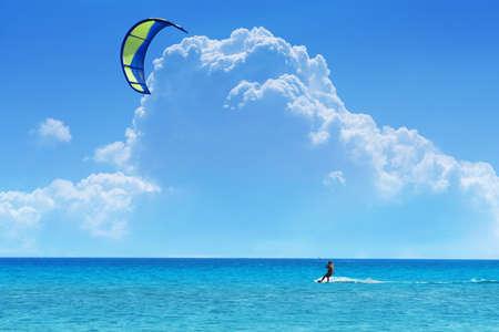 Kiteboarder de bleu - jaune cerf-volant