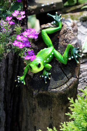 rhinestone: Ornamental Green Frog - This ornamental green frog is decorated with white crystal rhinestone jewels.