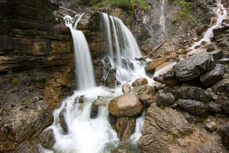 waterval in de bergen met lange blootstelling Stockfoto