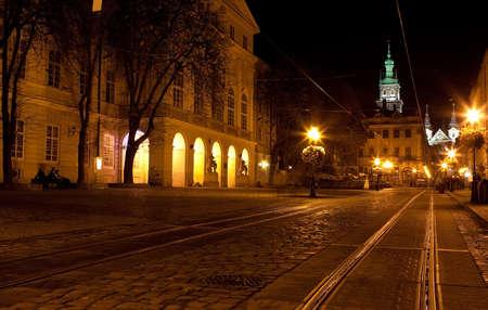 straat in het centrum van de stad Lviv in de nacht
