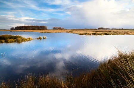 Blick auf wilde See und blauen Himmel mit wei�en Wolken spiegelt sich im Wasser