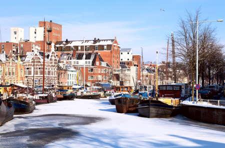 te bekijken op wit kanaal bedekt met sneeuw in Groningen, Nederland Stockfoto