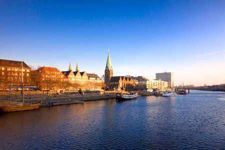 uitzicht op de rivier in Bremen, Duitsland van de brug