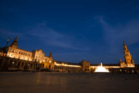 sevilla: charmante Plaza Espana in Sevilla in de nacht, Spanje
