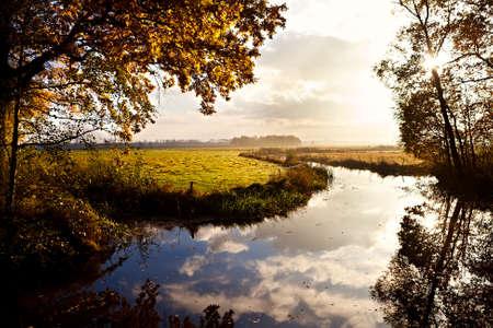 hellen Sonnenaufgang �ber den Fluss im Herbst Lizenzfreie Bilder