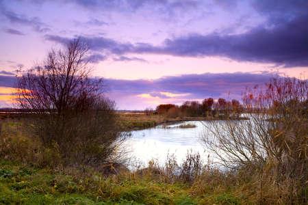 groningen: dramatische zonsopgang over meer in Groningen, Nederland
