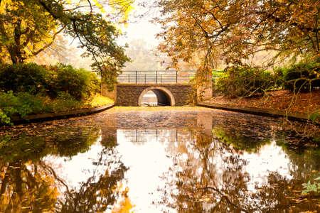 alte Steinbr�cke �ber den Fluss im Herbst