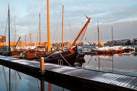 boast: navi, yacht e vanto sul porto turistico a Groningen, Paesi Bassi Editoriali