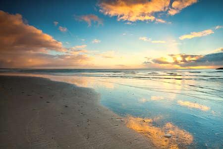 zonsondergang over het strand op North Sea in Nederland