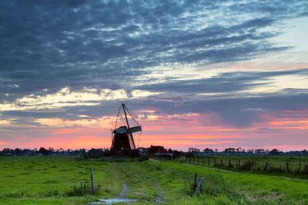 groningen: Nederlandse windmolen silhouet bij zonsopgang, Groningen