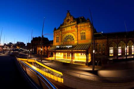 Groningen Hauptbahnhof bei Nacht Lizenzfreie Bilder