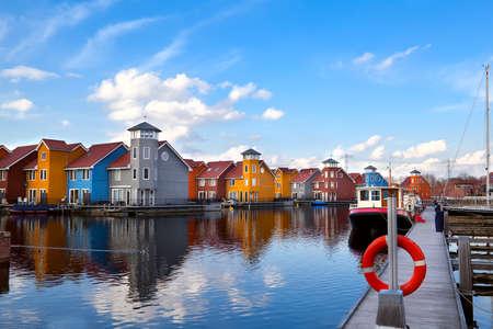 rode reddingsboei op de pier bij Reitdiephaven, Groningen, Nederland Stockfoto